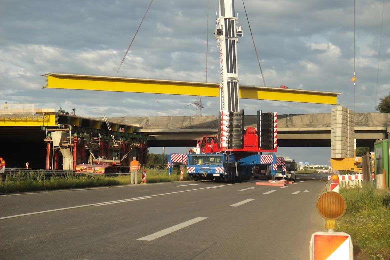 September 2011 – Auflegen der Stahlträger – erste Brückenhälfte